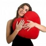 719287-donna-bella-con-un-cuore-sulle-mani_medium